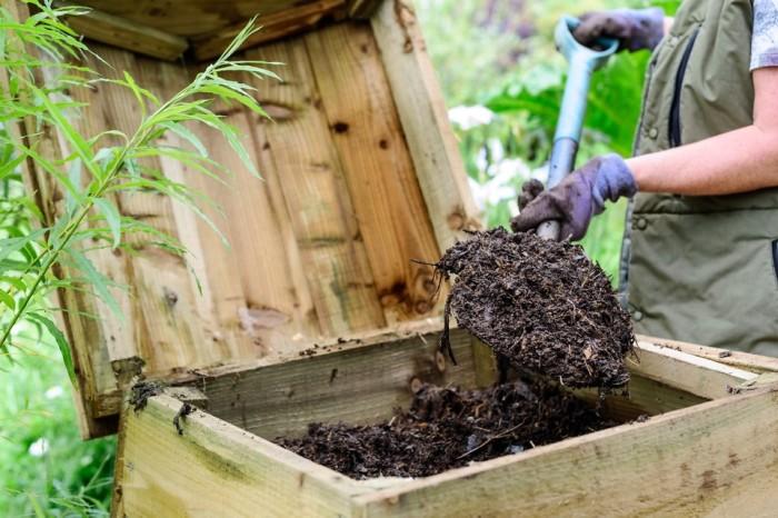 Компост следует перемешивать. |Фото: gardenersworld.com.
