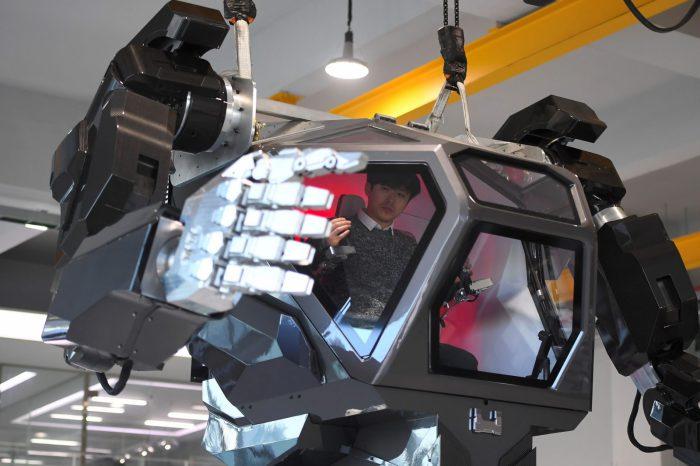 Новый шагающий робот-костюм, который сотрясет мир уже в этом году