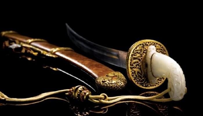 Красивая сабля Бао Тенг с сапфировой рукояткой.