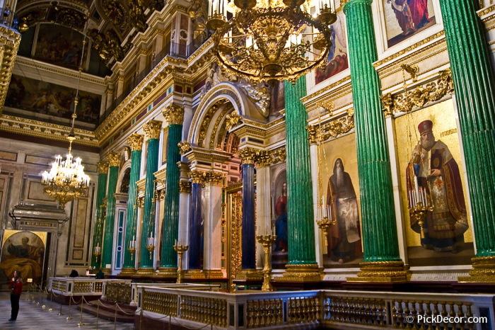 Исаакиевский собор, Санкт-Петербург.  Фото: Колонны покрыты малахитом. spletnik.ru.
