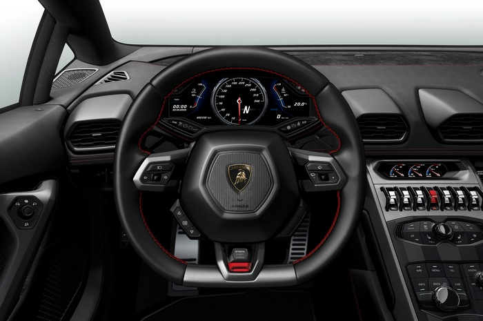 Многофункциональное кулевое колесо в салоне Lamborghini Huracan GT3.