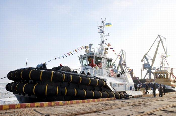 Увидеть кранцевую защиту можно не только на ледоколах, но и на портовых буксирах. |Фото: skammers.ru.