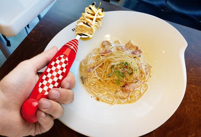 Вращающаяся вилка для спагетти.