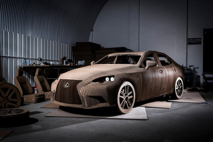 Lexus IS вырезан и склеен из картона.