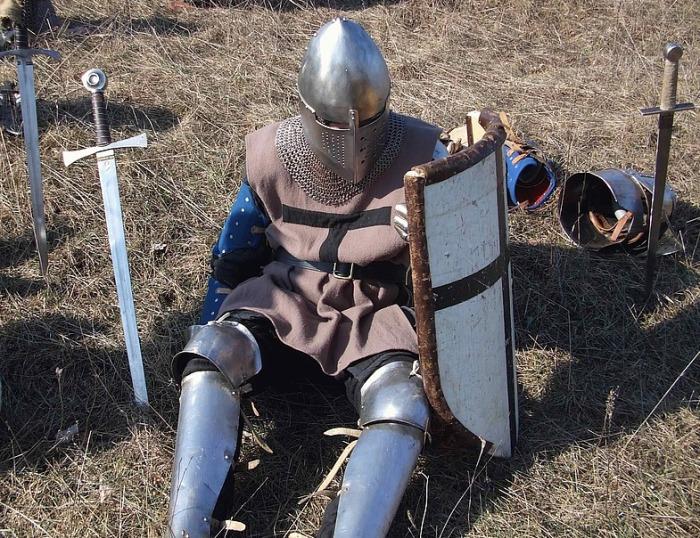 Примерно так был облачен европейский рыцарь в 13 веке. |Фото: swordmaster.org.
