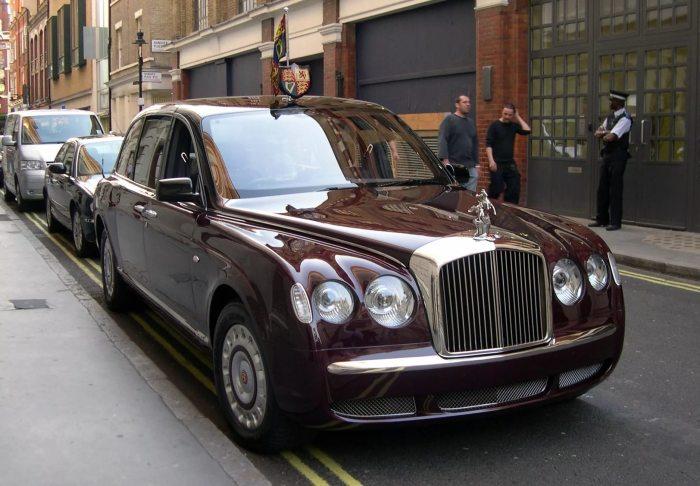 Bentley State Limousine - машина из автопарка британской монаршей семьи.