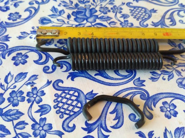 Можно поменять только пружину или надеть на нее стяжку. |Фото: vk.com.