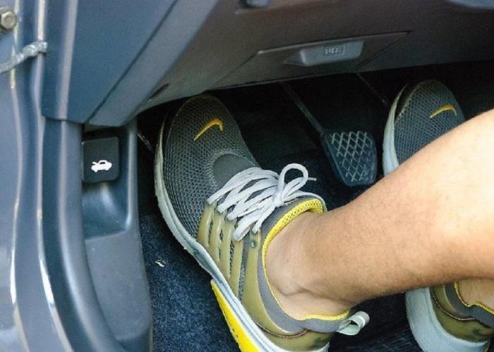 Нога на сцеплении - вредная привычка.  Фото: drivenn.ru.