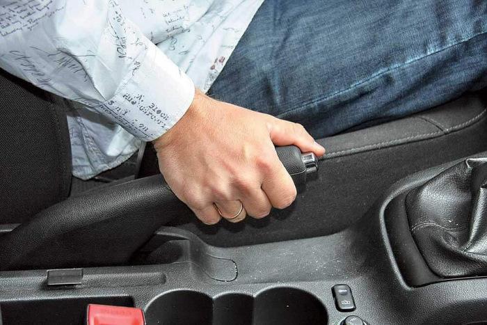 Нужно обязательно использовать ручник. |Фото: vk.com.