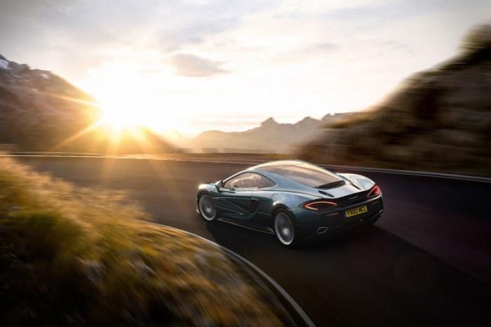 Новый роскошный спортивный автомобиль.