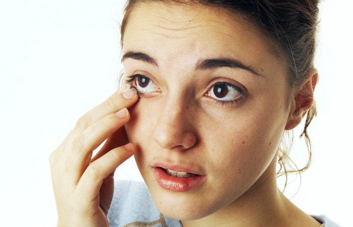 Ошибка: пробовать самому извлечь сор из пострадавшего глаза.