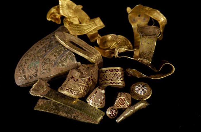 Благодаря металлоискателю найден стаффордширский клад.