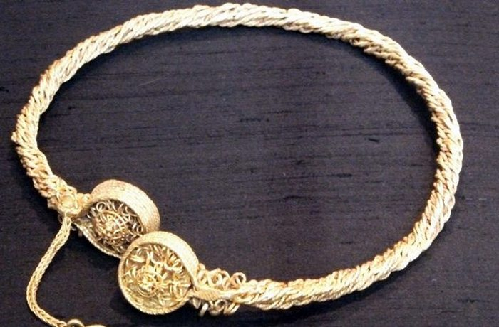 Благодаря металлоискателю найдены ожерелья из Стирлинга.