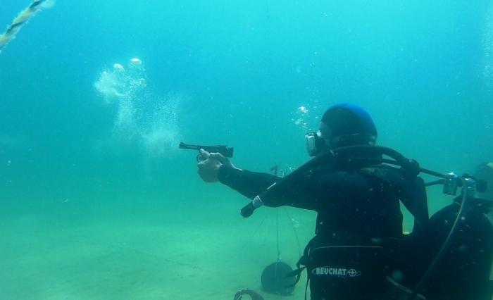 Стрелять под водой очень сложно. |Фото: yvision.kz.
