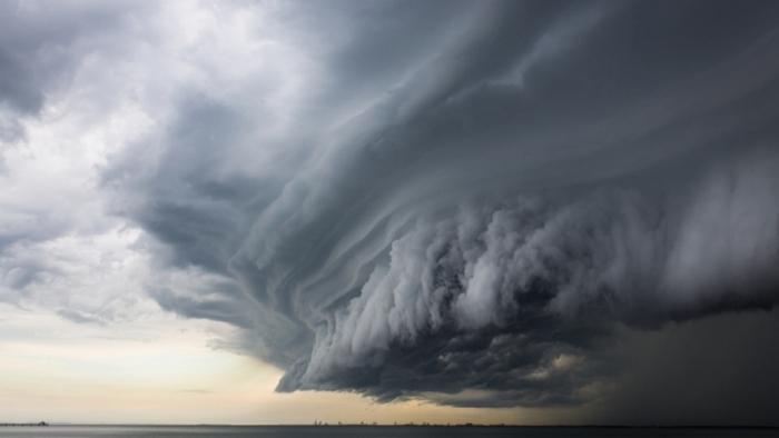 Тайфун над морем.