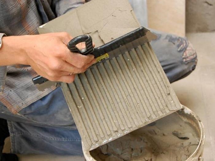 Наносить равномерно на всю плитку. |Фото: izplitki.com
