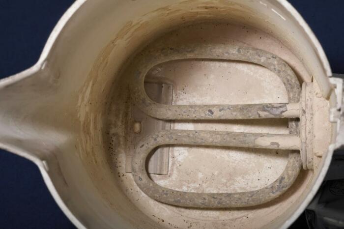 Накипь образуется при нагреве воды. |Фото: cleanadvice.ru.