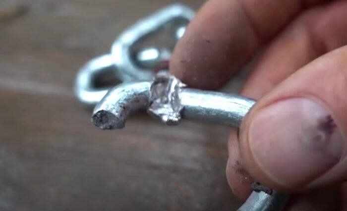 Справиться с цепью могут главным образом винтовочные патроны. ¦ Фото: youtube.com.