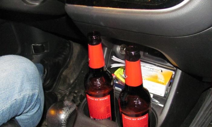 Алкоголь пить в машине можно.  Фото: sro-lex.ru.