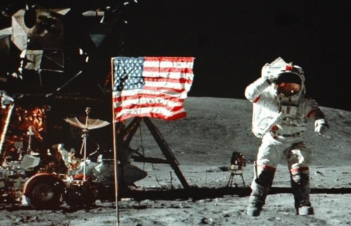 Астронафт на Луне.