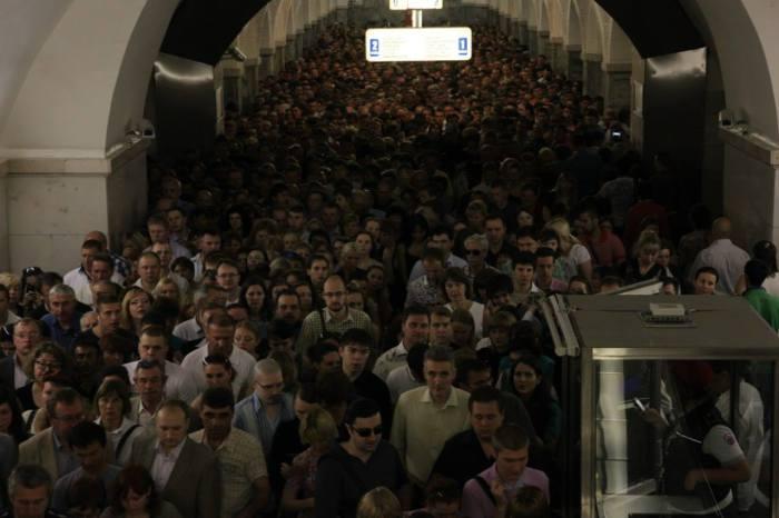 Пассажиры на станции метро Охотный ряд.