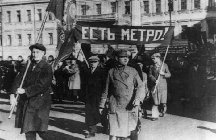 На митинге в честь открытия первой линии Московского метрополитена.
