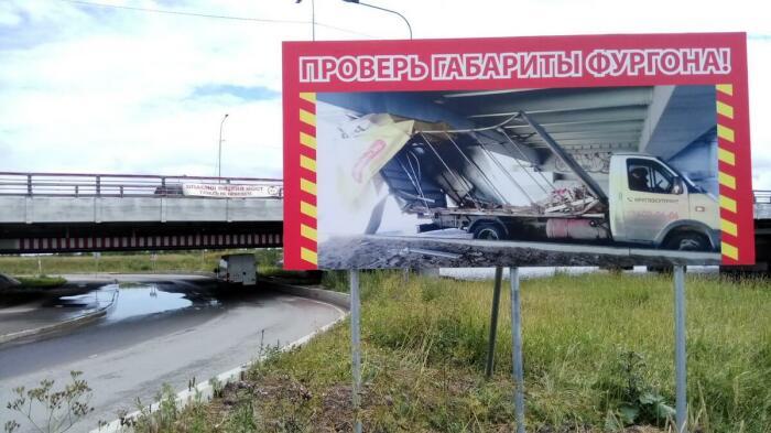 Здоровенная табличка и изобилие знаков ситуацию не улучшают. |Фото: spb-gid.ru.