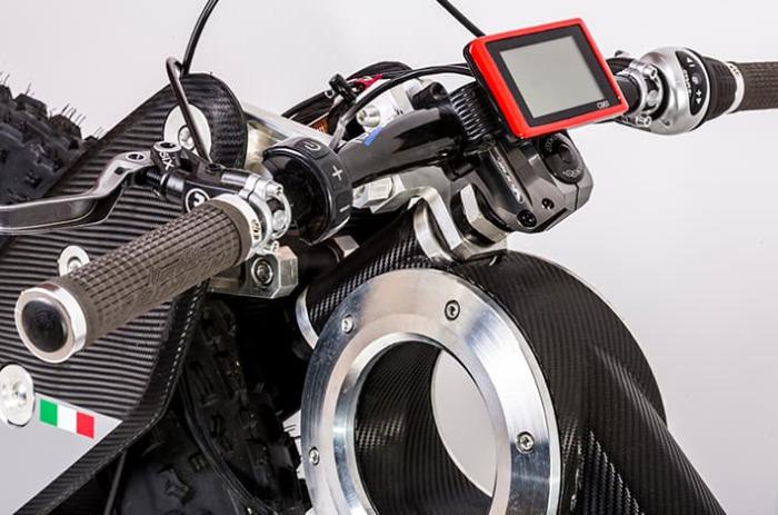 Светодиодный дисплей с информацией о состоянии батареи, скорости и пройденном расстоянии.