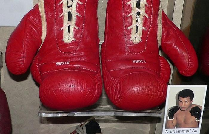 Перчатки Али.