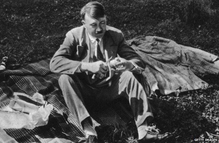 Гитлер был вегетарианцем, видимо любил животных.