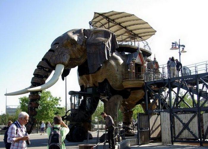 Великий слон (огромный шарнирный робот).