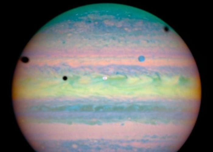 Тени спутников Юпитера - Ио, Ганимеда и Каллисто.