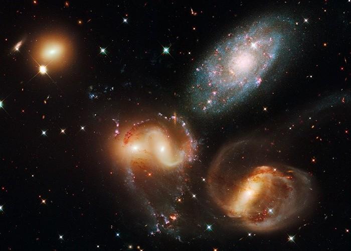 Голубая галактика ближе к Земле.
