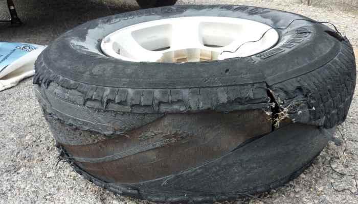 Нужно уметь выравнивать машину при пробитом колесе.