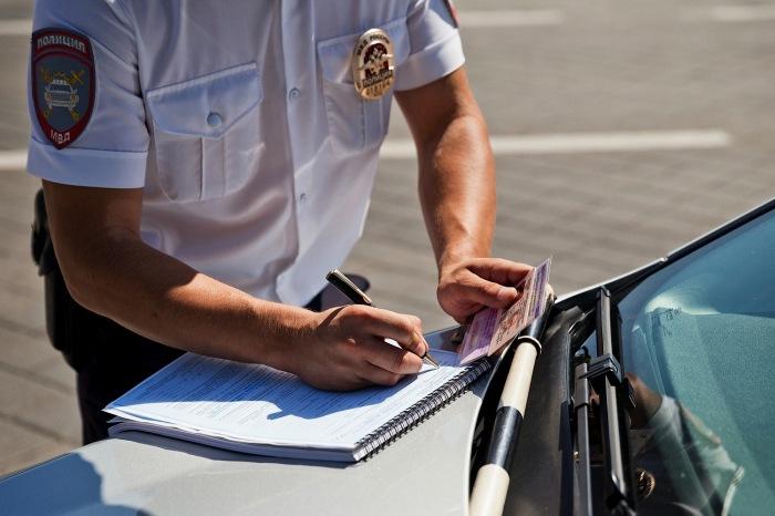 Инспектору вообще мало дела до подписи гражданина. |Фото: centersoveta.ru.