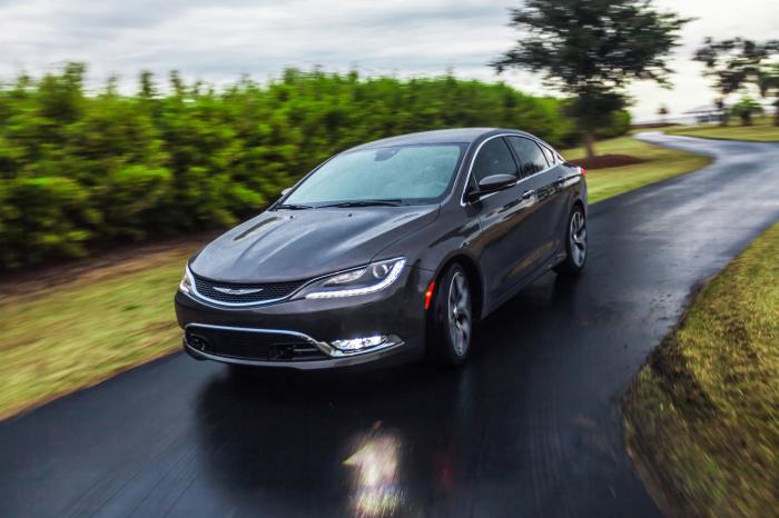 Chrysler 200: не самый удобный салон.