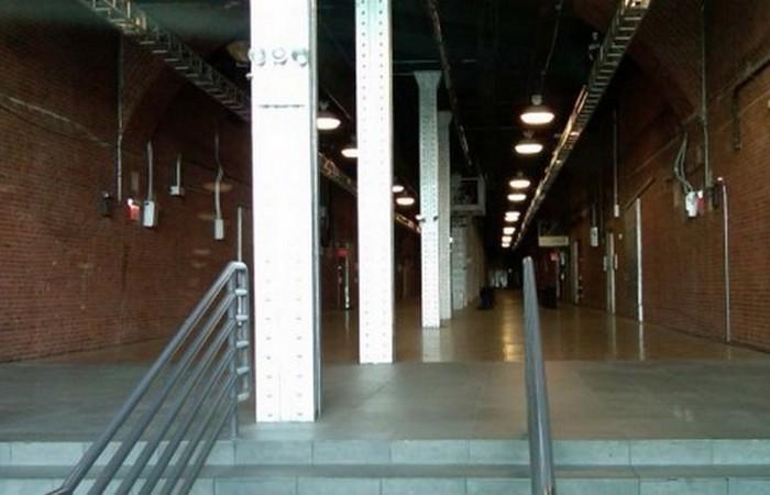 Tunnel - клети под потолком, кабинки-библиотеки, ванные комнаты унисекс.