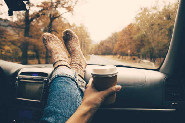Никогда не кладите ноги так и не давайте это делать своим пассажирам.