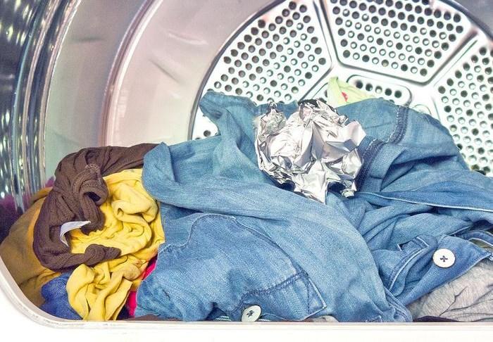 Кидай ее в стиральную машину.