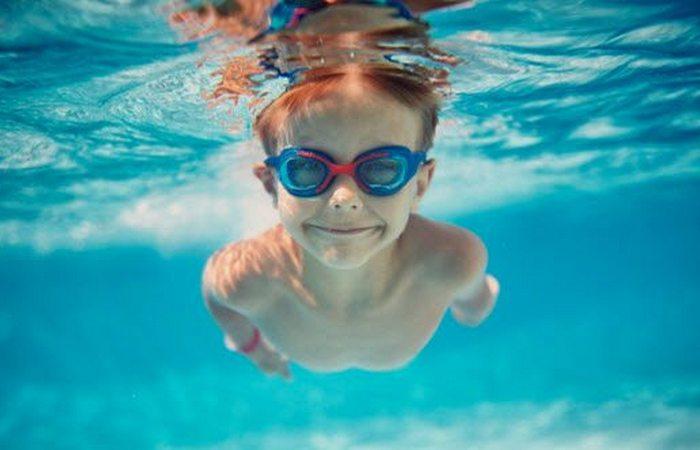 Осторожно: плавание в бассейне.