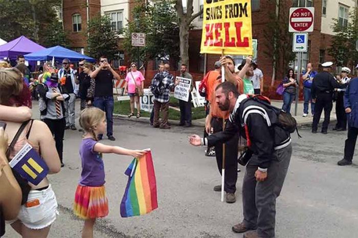 Маленькая девочка, которая вышла к ярому гомофобу.