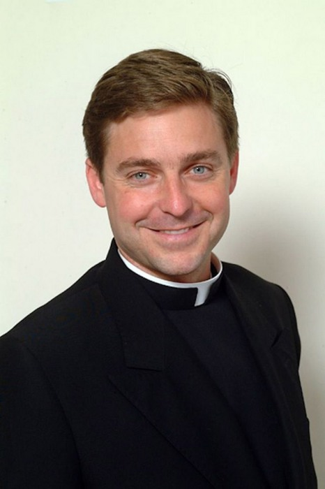 Священник, который был оплеван во время гей-парада.