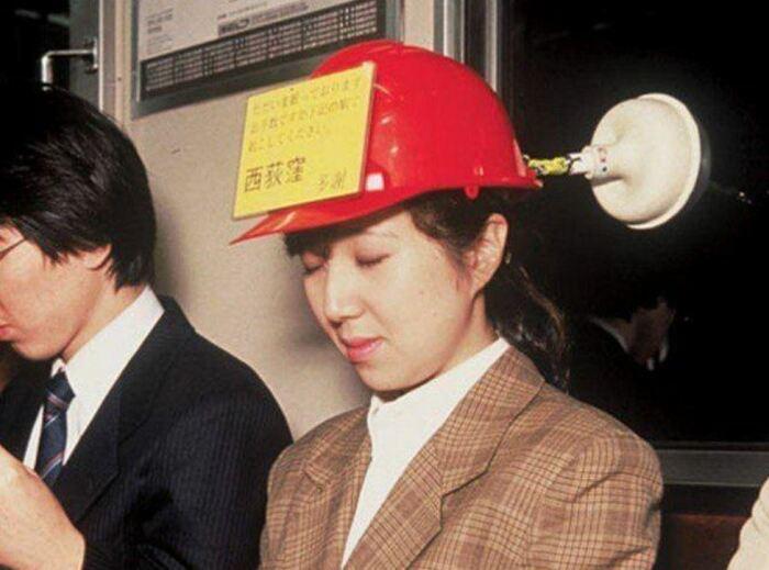 И голову держит, и ее же защищает. ¦Фото: tofugu.com.