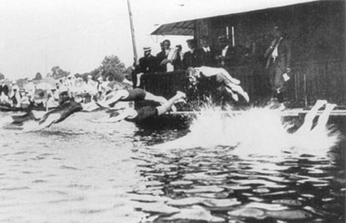 Устаревшая олимпийская дисциплина: плавание с препятствиями.