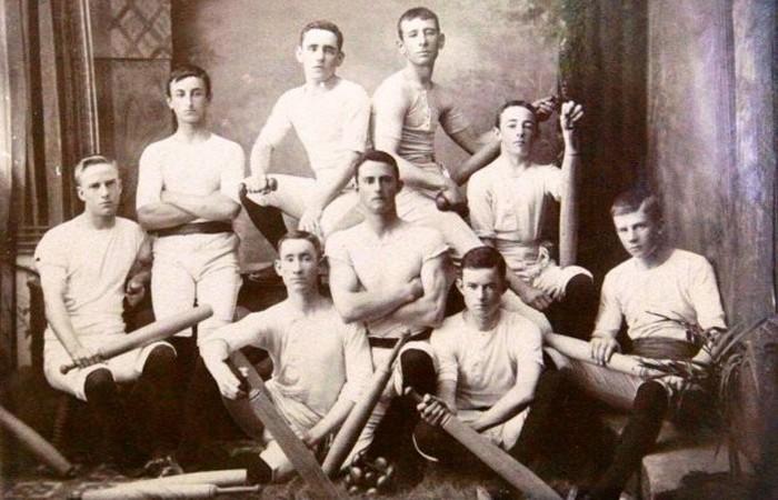Устаревшая олимпийская дисциплина: мужские упражнения с булавами.