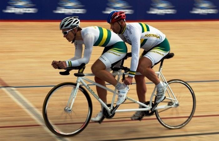 Устаревшая олимпийская дисциплина: спринт на велосипеде-тандеме.
