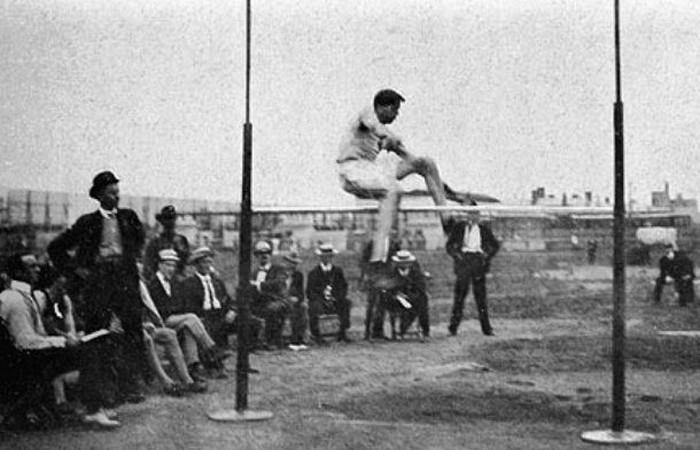 Устаревшая олимпийская дисциплина: прыжок в воздух с места.