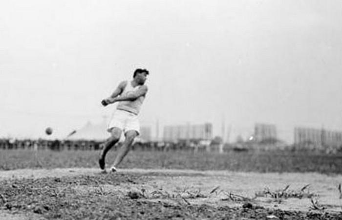Устаревшая олимпийская дисциплина: метание тяжестей на расстояние.