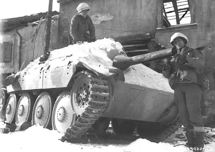 Захваченный немецкий огнеметный Хетцер. |Фото: yaplakal.com.