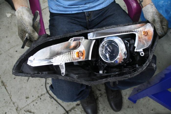 Фара чистится, а все важные места обрабатываются герметиком еще раз. ¦Фото: drive2.ru.